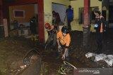 Petugas membersihkan endapan lumpur di lokasi terdampak banjir bandang di Desa Mekarsari, Kecamatan Cicurug, Kabupaten Sukabumi, Jawa Barat, Senin (21/9/2020). Banjir bandang karena hujan deras tersebut mengakibatkan satu rumah warga terseret arus dan dua orang dilaporkan hilang terbawa arus. ANTARA JABAR/Iman Firmansyah/agr