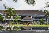 Pekerja merawat tanaman di halaman Kantor Sekretariat Daerah (Setda) Kabupaten Ciamis, Jawa Barat, Senin (21/9/2020). Kantor Setda Kabupaten Ciamis ditutup untuk pelayanan publik selama tiga hari ke depan menyusul adanya seorang pegawai di lingkungan Setda terkonfirmasi positif COVID-19 melalui uji tes usap (swab test) setelah sebelumnya mengikuti kegiatan MTQ di Subang 2020 dan aktivitas Pegawai Negeri Sipil serta non pegawai di lingkungan tersebut bekerja dari rumah. ANTARA JABAR/Adeng Bustomi/agr
