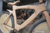 Perajin menyelesaikan pembuatan sepeda kayu di rumah produksi L-Benr di Lobener, Jatibarang, Indramayu, Jawa Barat, Senin (21/9/2020). Sepeda berbahan kayu pinus tersebut dibandrol dengan harga mulai dari Rp3,5 juta hingga Rp5 juta tergantung bentuk dan ukuran. ANTARA JABAR/Dedhez Anggara/agr