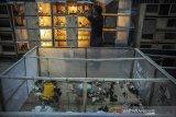 Petugas memeriksa bibit ayam di UPT Pembibitan Tanaman Pangan, Hortikultura, dan Peternakan, Dinas Pangan dan Pertanian (Dispangtan) Kota Bandung, Jawa Barat, Senin (21/9/2020). Dispangtan Kota Bandung telah mendistribusikan 650 ekor ayam joper untuk kelompok berkebun Buruan Sae di 11 Kecamatan di Kota Bandung dalam rangka program