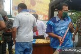 Langgar aturan pemakaian masker, belasan warga Padang menyapu jalan