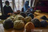 Pekerja menyelesaikan pembuatan celana dalam di rumah produksi, Kampung Babakan Kalangsari, Kota Tasikmalaya, Jawa Barat, Selasa (22/9/2020). Pelaku usaha memanfaatkan limbah kain dari industri tekstil yang dijadikan celana dalam untuk di ekspor ke Nigeria. ANTARA JABAR/Adeng Bustomi/agr