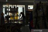 Pengelola menata produk umkm yang dipajang di Kerajinan dan Kuliner Jawa Barat (Kerabat) Store Dekranasda Jaba, Bandung, Jawa Barat, Selasa (22/9/2020). Pemerintah Jawa Barat menjadikan Kerabat Store Dekranasda Jawa Barat  sebagai ruang pengembangan kreativitas sekaligus salah satu pusat penjualan bagi pelaku UMKM di 27 kabupaten/kota dalam memasarkan kerajinan maupun kuliner khas Jawa Barat. ANTARA JABAR/Novrian Arbi/agr