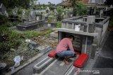 Pekerja merenovasi makam fotografer yang mengabadikan peristiwa detik-detik proklamasi kemerdekaan Republik Indonesia serta pendiri IPPHOS, Alexius Impurung Mendur di pemakaman Pandu, Bandung, Jawa Barat, Selasa (22/9/2020). Revovasi makam Alex Mendur yang diinisiasi oleh Kelompok Anak Rakyat (Lokra) tersebut bertujuan untuk merawat serta mengenang jasa-jasa beliau sekaligus rangkaian dari peringatan Hari Jadi Kota Bandung (HJKB) ke-210. ANTARA JABAR/Raisan Al Farisi/agr