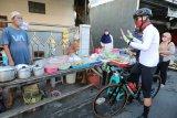 Bersepeda, Ganjar edukasi langsung pemilik warung terapkan protokol kesehatan