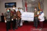Gubenur NTB menerima bantuan ventilator dari Astra Financial