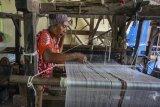 Produksi kain tenun