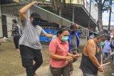 Anggota BNN mengawal tersangka usai melakukan penggerebekan di Palembang, Sumatera Selatan, Selasa (22/9/2020). BNN Mengamankan Anggota DPRD Kota Palembang 2019-2024 dari Partai Golkar Doni sebagai bandar narkoba dan 5 orang tersangka lainnya serta barang bukti narkoba jenis sabu seberat 5kg dan 30.000 butir ekstasi. ANTARA FOTO/R.M. Amri Ramdhani/Lmo/hp.