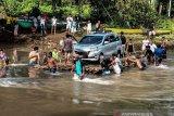 Perahu Rakit Antar Distrik Di Yapen Papua