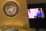 Layar memperlihatkan Presiden Joko Widodo menyampaikan pidato yang telah direkam sebelumnya pada Sidang Majelis Umum ke-75 PBB secara virtual di Markas PBB, New York, Amerika Serikat, Rabu (23/9/2020). Dalam pidatonya Presiden Joko Widodo mengajak pemimpin dunia untuk bersatu dan bekerja sama dalam menghadapi pandemi COVID-19. ANTARA FOTO/HO/Kemenlu/nym.