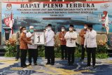Ketua KPU Provinsi Bengkulu Irwan Saputra (kiri) menyerahkan nomor urut 01 kepada pasangan cagub dan cawagub Helmi Hasan (kedua kiri) - Muslihan (ketiga kiri) saat rapat pleno pengundian nomor urut di Bengkulu, Kamis (24/9/2020). Hasil rapat pleno pengundian nomor urut tersebut menetapkan pasangan Helmi Hasan - Muslihan dengan nomor urut satu dan pasangan Rohidin Mersyah - Rosjonsyah dengan nomor urut dua. ANTARA FOTO/David Muharmansyah/nz