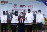 Kedua pasangan calon Bupati dan Wakil Bupati Banyuwangi  melakukan pemilihan nomor urut pada pengundian oleh KPU di Banyuwangi, Jawa Timur, Kamis (24/9/2020). Hasil pengundian nomor urut Calon Bupati dan Wakil Bupati Banyuwangi, pasangan Yusuf Widiyatmoko dan H. Muhammad Riza Aziziy mendapatkan no urut 1 (satu), sedangkan  Ipuk Fiestiandani Azwar Anas dan H. Sugirah mendapatkan nomor urut 2 (dua). Antara Jatim/Budi Candra Setya/zk