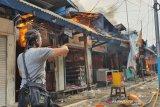 20 mobil damkar dikerahkan untuk padamkan kebakaran Pasar Cempaka Putih