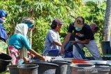 Anggota DPR menyalurkan air bersih ke warga terdampak kekeringan