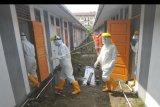 Sejumlah petugas medis bersiap memeriksa kondisi pasien COVID-19 di rumah nelayan Lubukbuaya, Padang, Sumatera Barat, Jumat (25/9/2020). Rumah nelayan yang baru dibangun tersebut dijadikan tempat khusus karantina pasien COVID-19 karena tempat isolasi lainnya sudah penuh, menyusul terus meningkatnya jumlah kasus positif di kota itu. ANTARA FOTO/Iggoy el Fitra/nym.