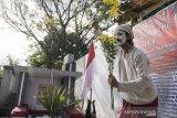 Seniman menggelar pementasan seni sekaligus penghormatan kepada juru foto yang mengabadikan peristiwa detik-detik proklamasi kemerdekaan Republik Indonesia dan pendiri IPPHOS Alexius Impurung Mendur di pemakaman Pandu, Bandung, Jawa Barat, Jumat (25/9/2020). Kegiatan yang diinisiasi oleh Kelompok Anak Rakyat (Lokra) tersebut bertujuan untuk merawat serta mengenang jasa-jasa Alexius Impurung Mendur sekaligus rangkaian dari peringatan Hari Jadi Kota Bandung (HJKB) ke-210. ANTARA JABAR/M Agung Rajasa/agr