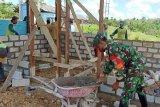 Masyarakat Mampuak gotong royong membangun pos Babinsa