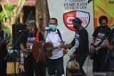 Calon Wakil Wali Kota Surabaya Armuji (tengah) mewakili pasangan nomor urut satu Eri Cahyadi-Armuji, bermain gitar dan bernyanyi saat Deklarasi Kampanye Damai di Surabaya, Jawa Timur, Sabtu (26/9/2020). Deklarasi yang diselenggarakan oleh KPU Kota Surabaya tersebut mengharapkan agar kedua pasangan calon dan setiap elemen yang terlibat dalam proses kampanye Pilkada Surabaya 2020 menjadi pelopor dalam penerapan protokol kesehatan pencegahan COVID-19 dengan