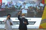 Calon Wali Kota dan Wakil Wali Kota Surabaya nomor urut dua Machfud Arifin (kiri) dan Mujiaman (kanan) menyampaikan sambutan saat Deklarasi Kampanye Damai di Surabaya, Jawa Timur, Sabtu (26/9/2020). Deklarasi yang diselenggarakan oleh KPU Kota Surabaya tersebut mengharapkan agar kedua pasangan calon dan setiap elemen yang terlibat dalam proses kampanye Pilkada Surabaya 2020 menjadi pelopor dalam penerapan protokol kesehatan pencegahan COVID-19 dengan