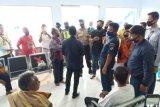 SAR mengevakuasi 6 nelayan korban kapal terbalik di perairan Lombok Barat