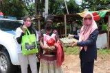 Istri Akpol 92 bagi sembako warga terdampak COVID-19 Kota Jayapura
