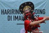 Penari mementaskan tari topeng pada acara Hariring Dangding di Imah Kolot, Cisaga, Kabupaten Ciamis Jawa Barat, Sabtu (26/9/2020). Hariring Dangding yang digelar setiap enam bulan sekali tersebut bertujuan untuk memperkenalkan tradisi budaya dan kesenian Sunda agar tidak punah oleh bahaya negatif perkembangan zaman, sekaligus mengajak warga untuk mempertahankan serta menggebangkan seni tradisi di lingkungan masyarakat. ANTARA JABAR/Adeng Bustomi/agr