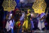 Seniman membawakan tari Sulanjana saat pentas kesenian Sunda di Kampung Gokgik, Desa Lemahmulya, Karawang, Jawa Barat, Sabtu (26/9/2020) malam. Kegiatan tersebut diselenggarakan oleh para pelaku kesenian tradisional Sunda di wilayah itu untuk melestarikan serta mengenalkan tradisi kesenian budaya Nusantara khususnya warisan kesenian Sunda kepada generasi muda. ANTARA JABAR/M Ibnu Chazar/agr
