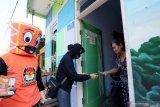 Komisioner KPU Kota Blitar Divisi Perencanaan, Data, dan Informasi, Ninik Solikhah (Dua Kanan) melakukan sosialisasi Uji Publik Daftar Pemilih Sementara (DPS) Pemilu 2020 di rumah seorang warga di Kota Blitar, Jawa Timur, Minggu (27/9/2020). Uji publik tersebut guna menjaring tanggapan masyarakat terhadap data yang sudah diinput oleh KPU kedalam DPS, untuk selanjutnya di tetapkan menjadi Daftar Pemilih Tetap (DPT) yang direncanakan berlangsung pada 16 Oktober mendatang. Antara Jatim/Irfan Anshori/zk.
