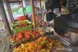 Berbagi berkah saat pandemi lewat  nasi Padang Rp5.000