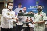 Ketua DPW Partai Kebangkitan Bangsa (PKB) Jabar Syaiful Huda (kiri) menyerahkan secara simbolis kartu Peduli Umat Melayani Rakyat (PUMR) kepada calon Bupati Kabupaten Bandung nomor urut tiga Dadang Supriatna (kanan) saat peluncuran di Bandung, Jawa Barat, Senin (28/9/2020). Peluncuran kartu PUMR yang terdiri dari kartu Tani-Nelayan, kartu Wirausaha dan kartu Guru Ngaji tersebut diberikan kepada delapan calon kepala daerah di Kota atau Kabupaten di Jawa Barat yang diusung oleh PKB Jabar sebagaiwujud dan pelaksanaan dari kontrak komitmen para calon Bupati dan wakil Bupati bersama PKB di bidang kesejahteraan rakyat dan bidang sosial keagamaan. ANTARA JABAR/M Agung Rajasa/agr