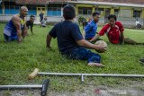 Penyandang disabilitas daksa bermain olahraga sepak bola tangan di Lapang BRSPDSN Wyata Guna, Bandung, Jawa Barat, Senin (28/9/2020). Olahraga yang mempertandingkan enam lawan enam penyandang disabililitas daksa dengan aturan mirip sepak bola tersebut dimainkan sebagai perkenalan cabang olahraga baru oleh PPDI dan NPCI Kota  Bandung sehingga diharapkan mampu menjadi salah satu olahraga resmi dan mengikuti kompetisi dan pertandingan olahraga bagi penyandang disabilitas daksa. ANTARA JABAR/Novrian Arbi/agr