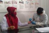 Karyawan dan karyawati Perum LKBN Antara Biro Bangka Belitung bekerja sama dengan Kimia Farma Diagnostik Cabang Pangkalpinang melaksanakan rapid tes COVID-19 di Pangkalpinang, Senin (28/9).