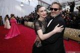 Joaquin Phoenix & Rooney Mara resmi jadi orang tua