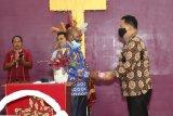 Demokrat Papua berbagi kasih bantu dua gereja