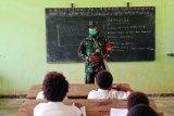Prajurit Satgas TMMD Kodim 1711/BVD bantu mengajar siswa SD YPPK Kampung Kakuna
