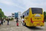 1.973 pasien COVID-19 dievakuasi menggunakan bus sekolah menuju RS rujukan