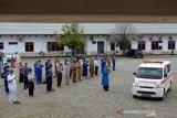 Sejumlah dokter bersama tenaga medis lainnya berdoa setelah melaksanakan shalat jenazah dokter spesialis paru positif COVID-19 saat pelepasan terakhir menggunakan mobil ambulan ke pemakaman di Rumah Sakit Umum Zainainal Abidin, Banda Aceh, Aceh, Selasa (29/9/2020). Dinas Kesehatan provinsi Aceh menyatakan, dr Zulkifli Sp.P (80) positif COVID-19 itu akhirnya meninggal dunia setelah beberapa hari menjalani perawatan di rumah sakit setempat dan hingga saat ini sudah empat dokter di Aceh meninggal akibat COVID-19. Antara Aceh/Ampelsa.