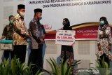 Menko PMK berikan penghargaan KPM  naik kelas di Pekalongan
