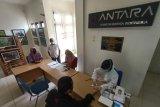 Karyawan, kontributor berita dan foto kantor berita Antara Biro Aceh mengikuti tes cepat (rapid test) COVID-19 di Banda Aceh, Rabu (30/9/2020). ANTARA FOTO/Irwansyah Putra