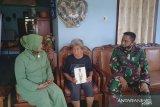 Dandim Sangihe menyerahkan bingkisan kepada pengasuh Ade Irma Nasution