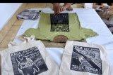 Peserta mengikuti workshop cetak cukil sebagai media kampanye penyelamatan lingkungan di Kantor Wahana Lingkungan Hidup Indonesia (Walhi) Bali, Denpasar, Bali, Rabu (30/9/2020). Kegiatan tersebut dilakukan sebagai ruang belajar bersama masyarakat dalam membuat media kampanye kreatif dengan teknik cetak cukil di kaos dan poster untuk aksi penyelamatan pesisir Bali. ANTARA FOTO/Fikri Yusuf/nym.