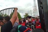 Warga Sibau Hilir kembali demo, pintu besi Kejari Kapuas Hulu jebol