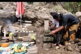 Penghayat Kepercayaan Pahoman Sejati melakukan ritual Bhakti Alam di lokasi penemuan candi Petirtan kawasan lereng gunung Merapi Dusun Windu Sabrang, Wonolelo, Sawangan, Magelang, Jateng, Kamis (1/10/2020). Ritual yang dilaksanakan di lokasi penambangan pasir tersebut bertujuan untuk menjaga benda bersejarah dari penjarahan sekaligus menjaga keseimbangan alam agar tidak dieksploitasi secara sembarangan. ANTARA FOTO/Anis Efizudin/nym.