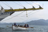 Prajurit KRI Bima Suci memberikan arahan pada Taruna-Taruni AAL tingkat III angkatan ke-67 saat mendayung menggunakan sekoci layar di perairan Teluk Ratai, Lampung, Kamis (1/10/2020). Kegiatan tersebut sebagai bentuk pengenalan pada Taruna-Taruni dalam mengetahui arah angin untuk mengembangkan layar. ANTARA FOTO/M Risyal Hidayat/nym.