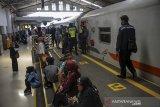 Calon penumpang menunggu keberangkatan kereta api di Stasiun Bandung, Jawa Barat, Kamis (1/10/2020). Badan Pusat Statistik mencatat, jumlah penumpang kereta api yang berangkat pada Agustus 2020 sebanyak 12,8 juta orang atau naik 4,38 persen dibanding Juli 2020. ANTARA JABAR/Raisan Al Farisi/agr