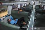 Penumpang menunggu keberangkatan kereta api di Stasiun Bandung, Jawa Barat, Kamis (1/10/2020). Badan Pusat Statistik mencatat, jumlah penumpang kereta api yang berangkat pada Agustus 2020 sebanyak 12,8 juta orang atau naik 4,38 persen dibanding Juli 2020. ANTARA JABAR/Raisan Al Farisi/agr