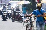 Warga memakai masker menuntun sepedanya di kawasan Tuparev, Karawang, Jawa Barat, Kamis (1/10/2020). Badan Standardisasi Nasional (BSN) menetapkan Standar Nasional Indonesia (SNI) 8914:2020 Tekstil - Masker dari kain dengan persyaratan mutu masker yang terbuat dari kain tenun atau kain rajut dari berbagai jenis serat minimal terdiri dari dua lapis kain dan dapat dicuci setelah pemakaian. ANTARA JABAR/M Ibnu Chazar/agr