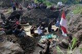 Warga lakukan ritual di lokasi temuan batuan candi hulu Sungai Belan Magelang