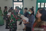 Kodim 1301 Sangihe serahkan bangkisan kepada warga peringati HUT TNI