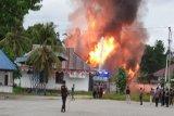 Polisi beri tembakan peringatan ketika  buka blokade di jalan Trans Papua